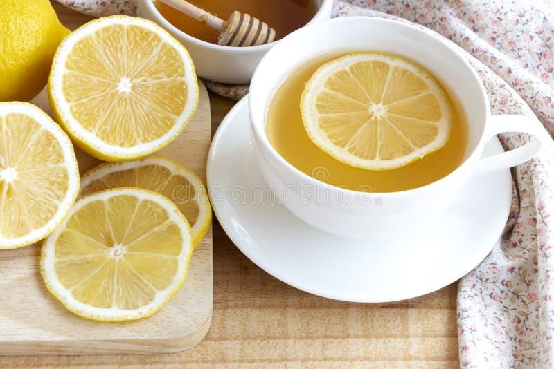 Boisson de thé avec le citron frais dans le temps de coupure ou la pause café dans l'après-midi photo stock