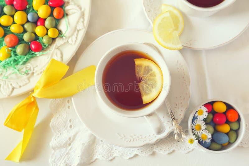 Boisson de thé de Pâques avec des baisses colorées photo libre de droits