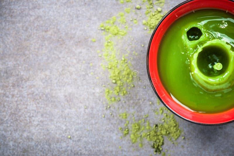 Boisson de thé vert de Matcha dans la cuvette photo libre de droits