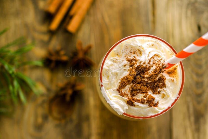 Boisson douce faite maison de Noël : lait de poule avec de la cannelle, anis et image libre de droits