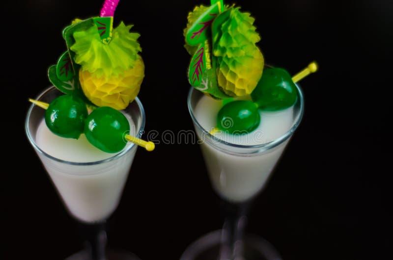 Boisson exotique basée sur le rhum de Malibu et d'autres ingrédients, cocktail image stock