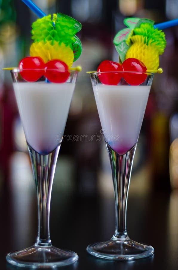 Boisson exotique basée sur le rhum de Malibu et d'autres ingrédients, cocktail photographie stock