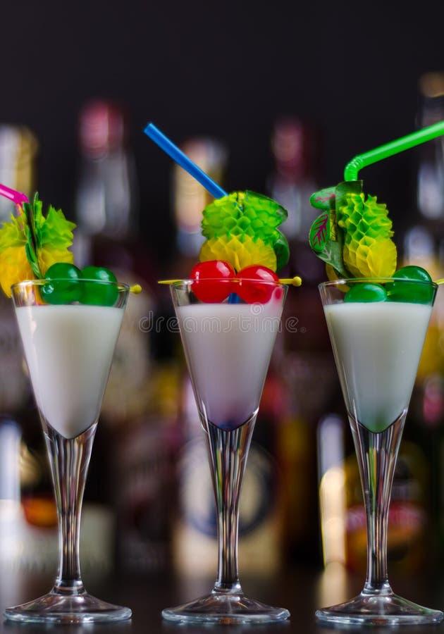 Boisson exotique basée sur le rhum de Malibu et d'autres ingrédients, cocktail photo stock