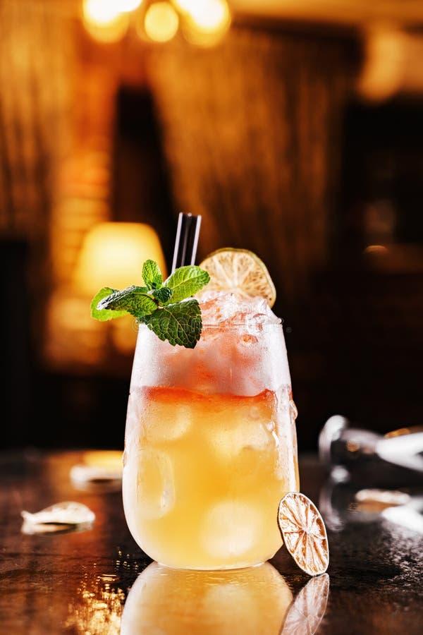 Boisson fraîche avec le citron, l'orange et la glace dans le pot en verre sur le contexte de l'atmosphère de restaurant Boissons  photo stock