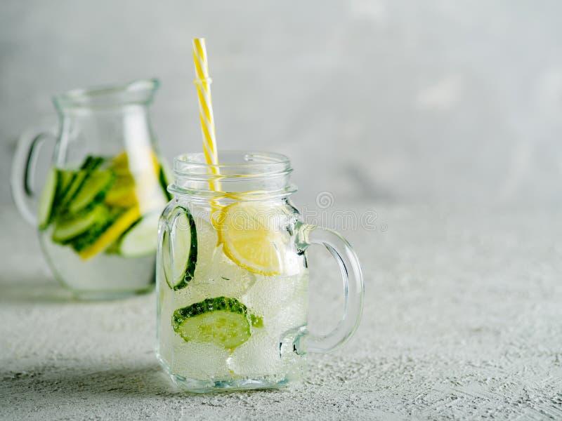 Boisson fraîche d'été L'eau pétillante de detox sain avec le citron et le cuc photo stock