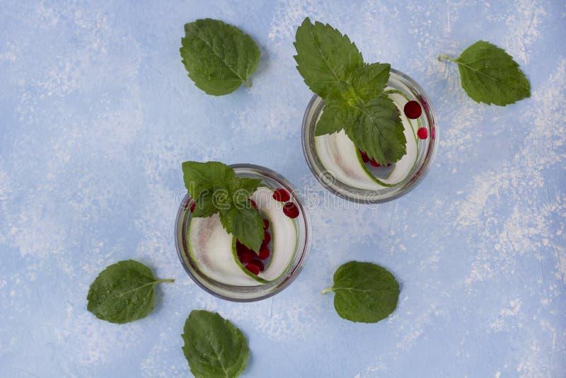 Boisson fraîche fraîche de detox avec le concombre et les baies, limonade dans un verre avec une menthe images stock