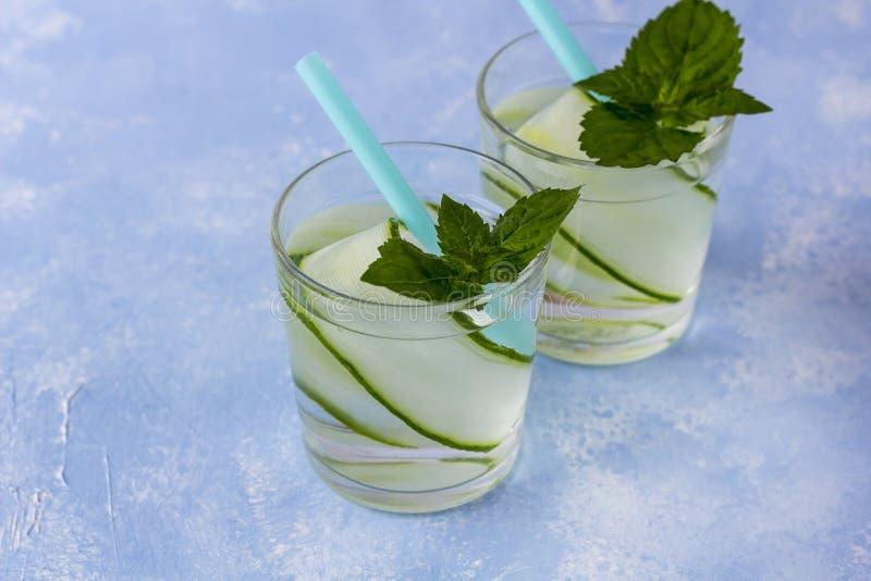 Boisson fraîche fraîche de detox avec le concombre, limonade dans un verre avec une menthe photographie stock libre de droits