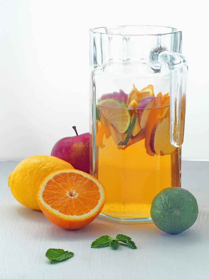 Boisson fraîche froide de limonade Sangria régénératrice d'été Poinçon fait maison avec des fruits frais photos libres de droits