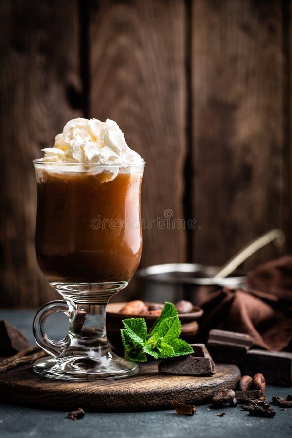 Boisson glacée de cacao avec la crème fouettée, boisson froide de chocolat, milk-shake de café image libre de droits
