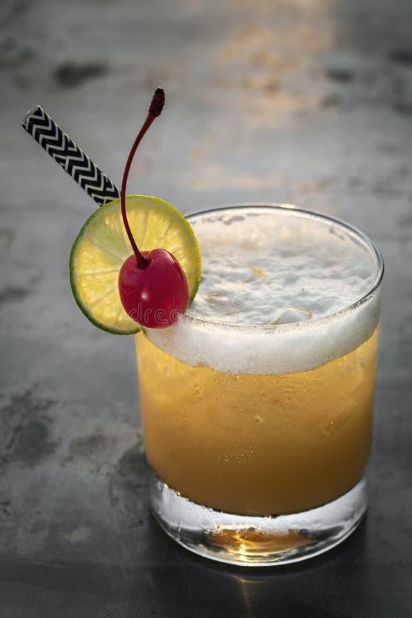Boisson mélangée de cocktail de vodka de tournevis de pêche dehors au coucher du soleil photos stock