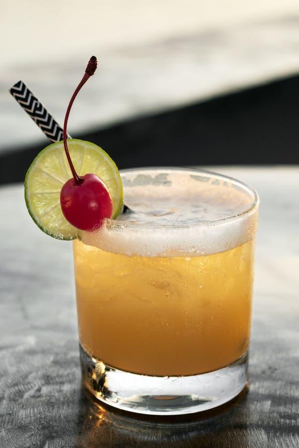 Boisson mélangée de cocktail de vodka de tournevis de pêche dehors au coucher du soleil photo libre de droits