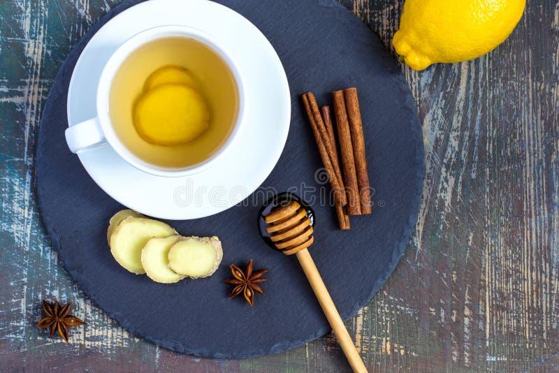 Boisson naturelle de amplification de vitamine d'immunité chaude de gingembre avec le citron, le miel et la cannelle et les ingré photo libre de droits