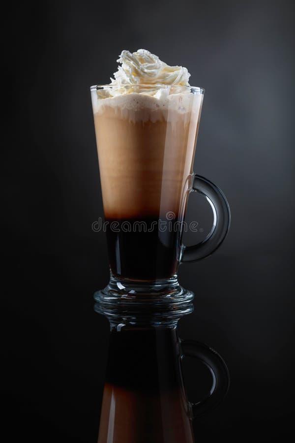 Boisson ou cocktail de café avec de la crème sur un fond noir photo libre de droits