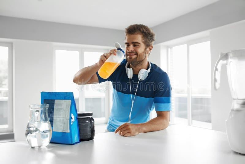 Boisson potable de sports d'homme avant la formation Suppléments de nutrition images stock