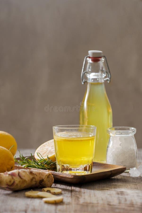 Boisson probiotic organique faite maison de citron et de gingembre, l'espace de copie photos libres de droits