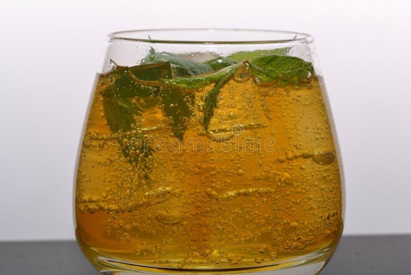 Boisson régénératrice avec des bulles de gaz Nalit dans un verre transparent Il a étendu la glace écrasée D?cor? des feuilles en  images stock