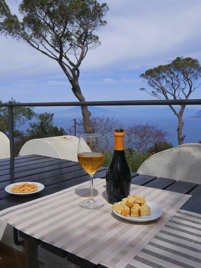 Boisson sur la terrasse d'un jardin d'une villa dans Anacapri sur l'île de Capri dans la baie de Naples Italie image stock