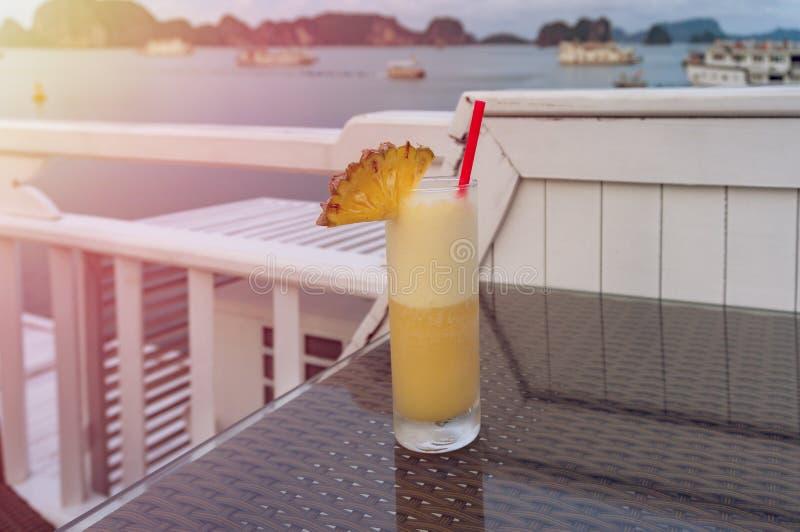 Boisson tropicale de cocktail en verre grand décoré de l'ananas images stock