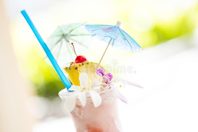 Boisson tropicale fruitée avec l'ananas et l'Umbrullas image stock