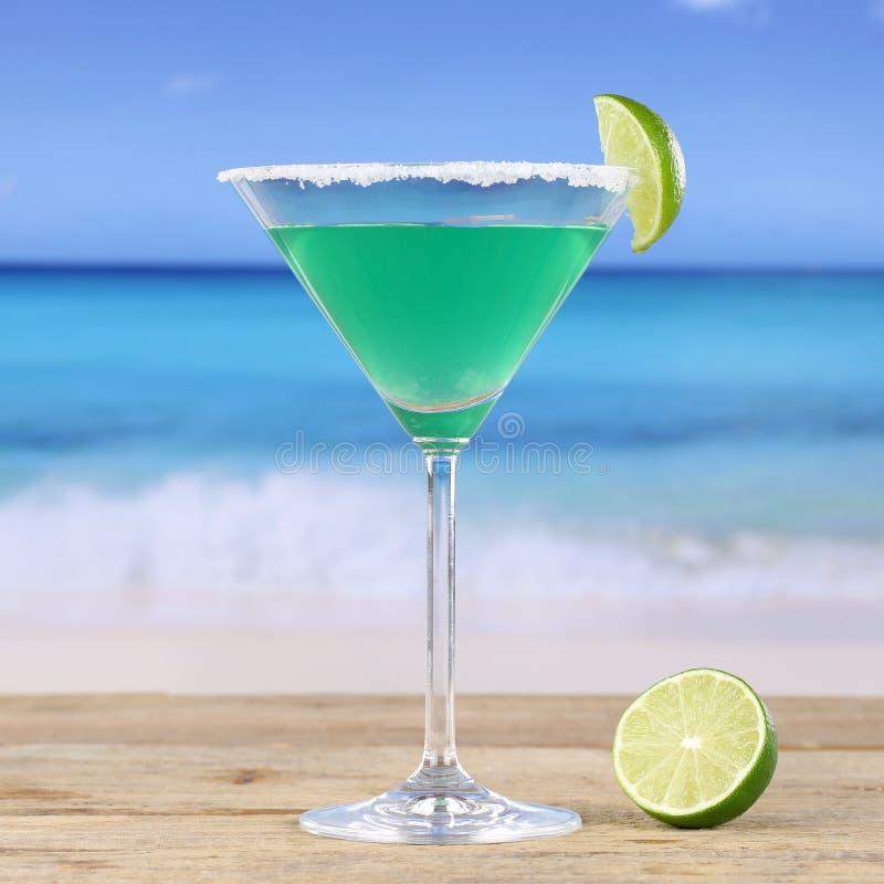 Boisson verte de cocktail de Martini sur la plage photo libre de droits