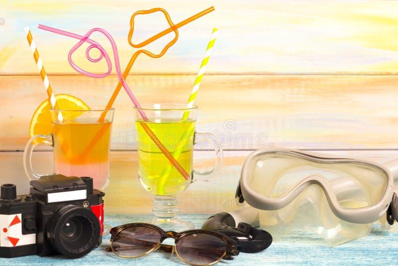 Boissons, appareil-photo et masque exotiques de plongée photographie stock libre de droits