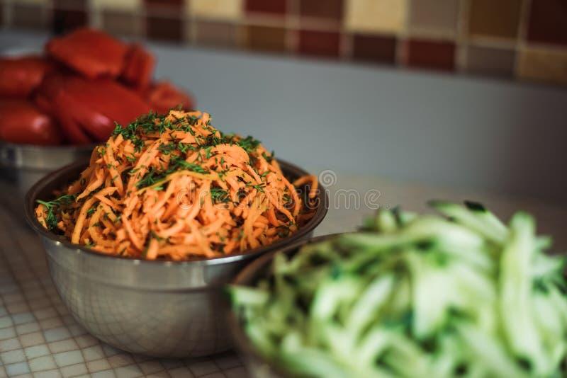 Boissons avec les tomates, les concombres, les carottes coréennes et les pommes frites, plats de sauce sur le fond des chiches-ke photos libres de droits