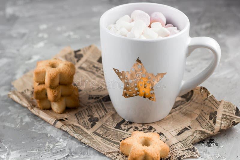 Boissons chaudes d'hiver avec des biscuits dans une forme des étoiles photo libre de droits