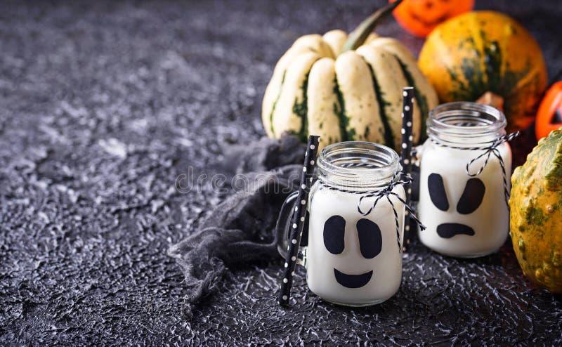 Boissons comme une Ghost de Halloween pour la partie photo stock