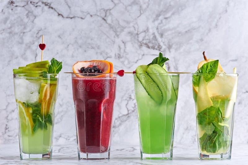 Boissons délicieuses d'été concept de cocktails de detox boissons organiques saines de partie cocktails jaunes verts rouges photographie stock libre de droits