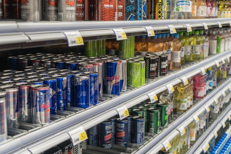 Boissons d'énergie sur l'étagère photographie stock