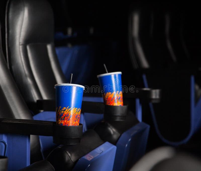 Boissons de froid dans des accoudoirs des sièges au théâtre photos libres de droits