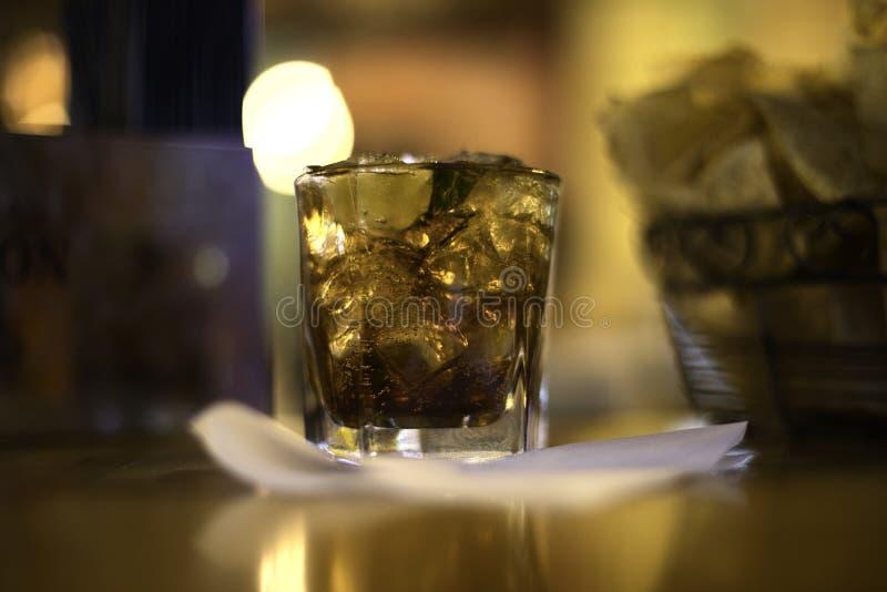 Boissons de rhum et de coke sur la glace photos libres de droits