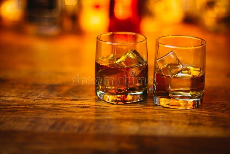 Boissons de whiskey sur le bois photos libres de droits