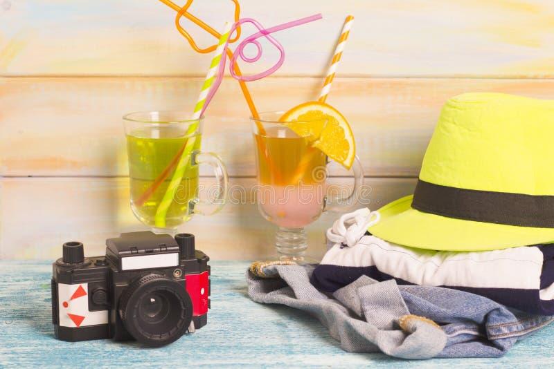 Boissons exotiques avec l'équipement du voyageur photos stock
