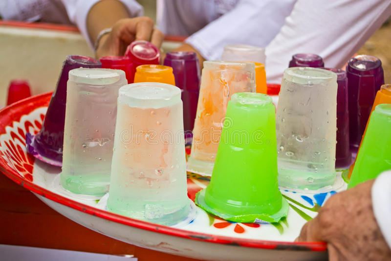 Boissons non alcoolisées dans des tasses en plastique photo stock