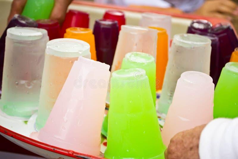 Boissons non alcoolisées dans des tasses en plastique images stock