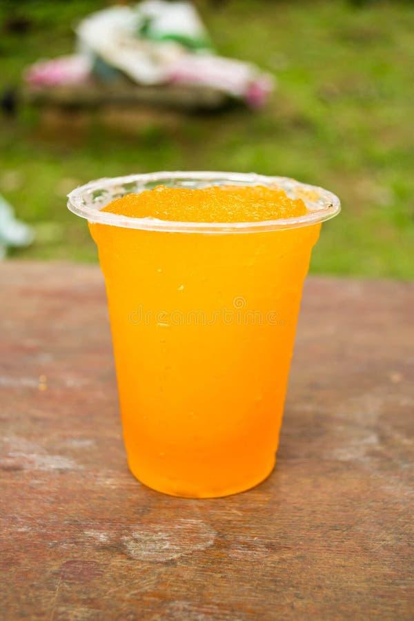 Boissons non alcoolisées dans des tasses en plastique image stock