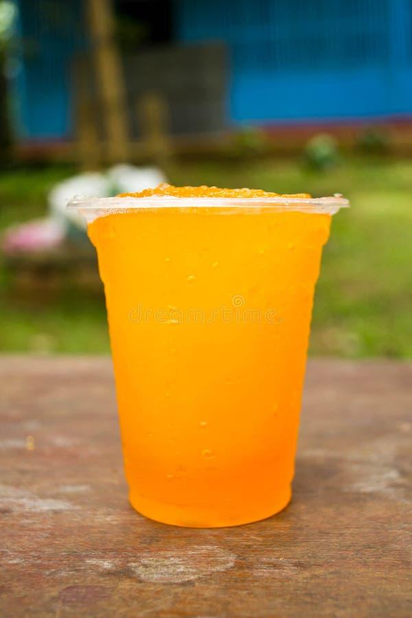 Boissons non alcoolisées dans des tasses en plastique photos stock