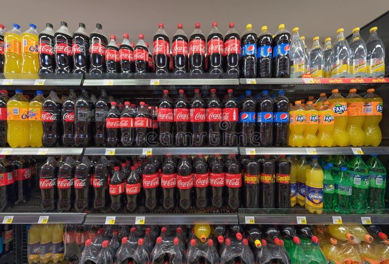 Boissons non alcoolisées et boissons dans le supermarché image stock