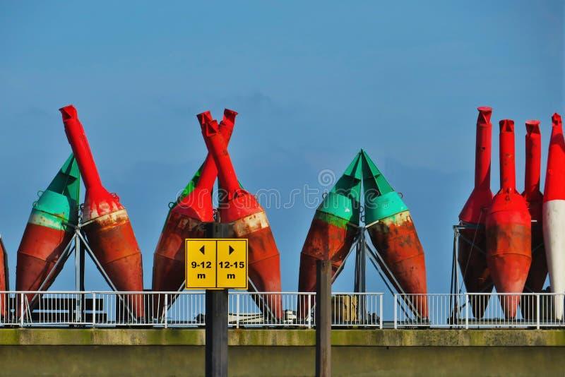 Boj korsade på hamnen royaltyfri bild