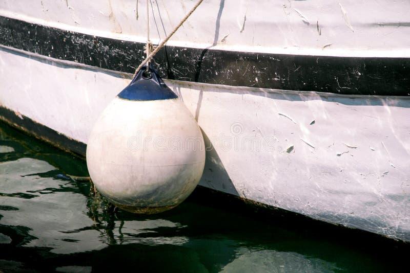 Boj och ankaret ropes på fiskebåten, slut upp royaltyfri foto