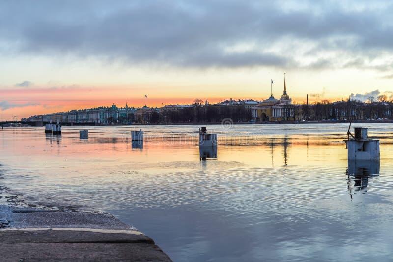 Bojar på Neva-floden tidigt på morgonen med en mild gryning royaltyfri foto