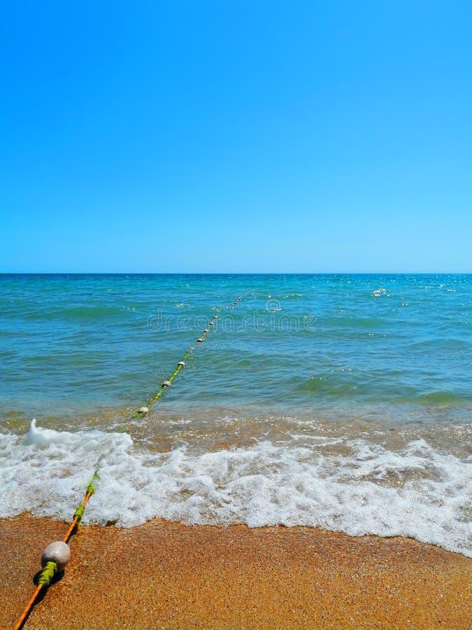 Bojen auf einem Seil, das im Meer, wolkenloser blauer Himmel verlässt lizenzfreies stockbild