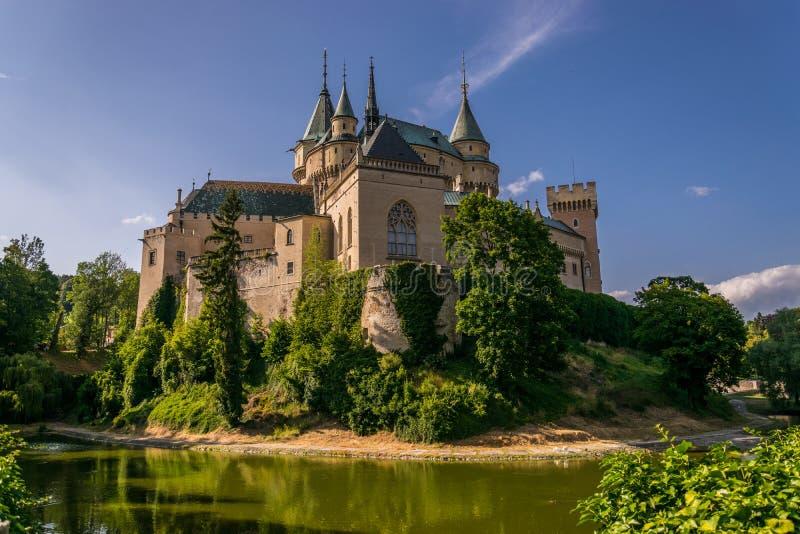 Bojnice slott med klar himmel fotografering för bildbyråer