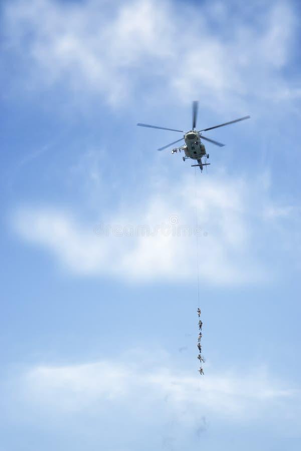 Bojowy helikopter i żołnierze jednostki specjalne obrazy royalty free
