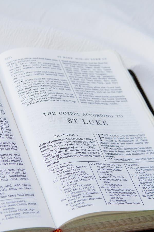 Bok av Luke i helig bibel royaltyfria bilder
