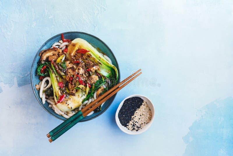 Bok Choy e macarronetes do cogumelo de Shiitake imagem de stock royalty free