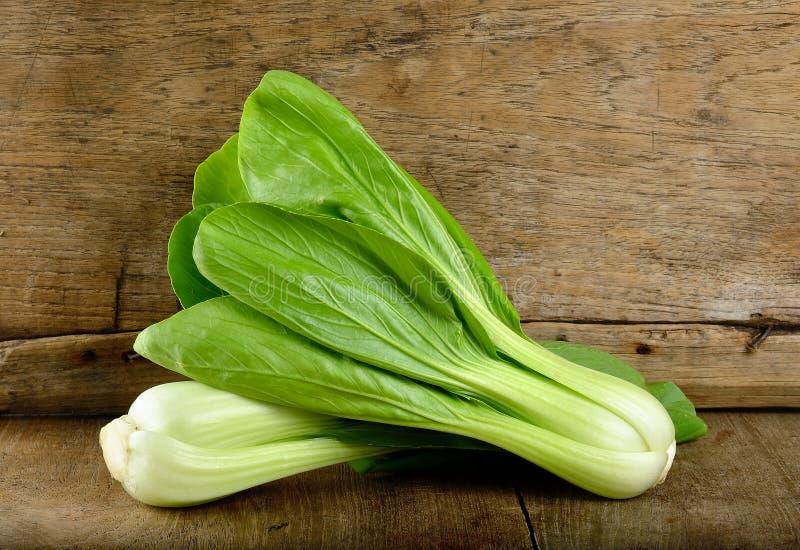 Bok choy groente op de houten achtergrond royalty-vrije stock afbeeldingen