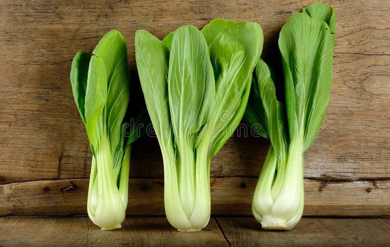 Bok choy groente op de houten achtergrond stock foto's
