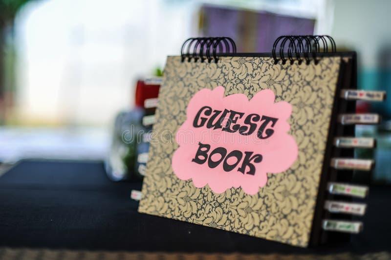 Bok för gäst för bröllopmottagande royaltyfri bild